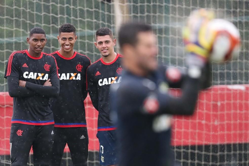 Goleiros do sub-20 do Flamengo observam e admiram Júlio César em treino no Ninho do Urubu (Foto: Gilvan de Souza / Flamengo)