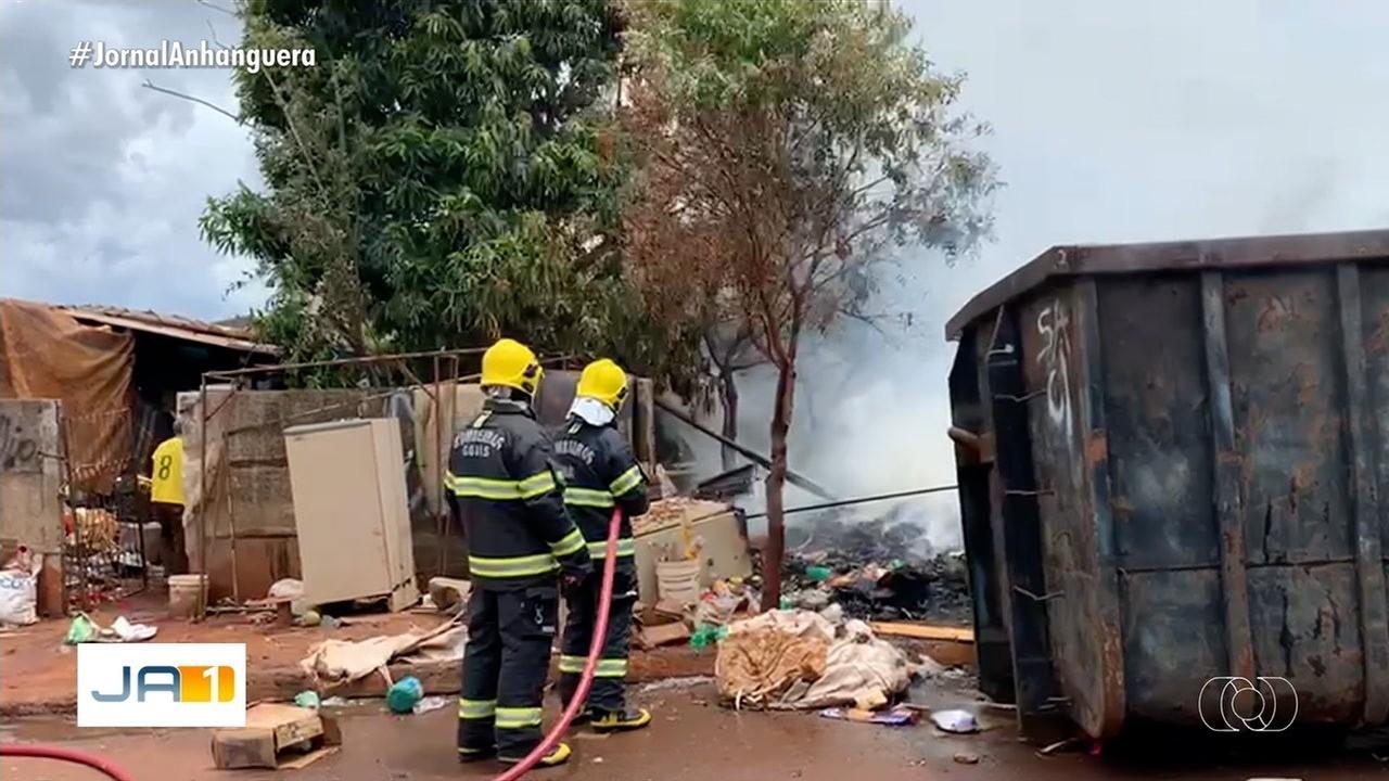 Materiais recicláveis pegam fogo em galpão de Rio Verde