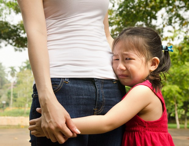 choro; criança; mãe; abraço (Foto: Shutterstock)