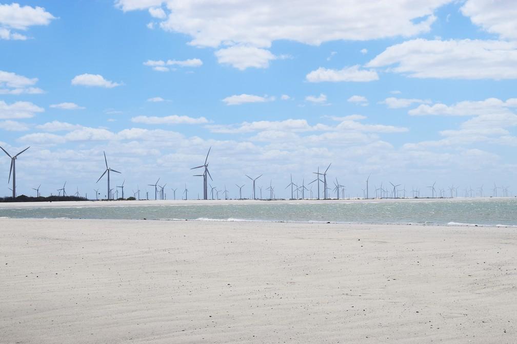 Em Guamaré, para aonde quer que se olhe, os aerogeradores de energia eólica estão compondo a paisagem (Foto: Maxwell Almeida)
