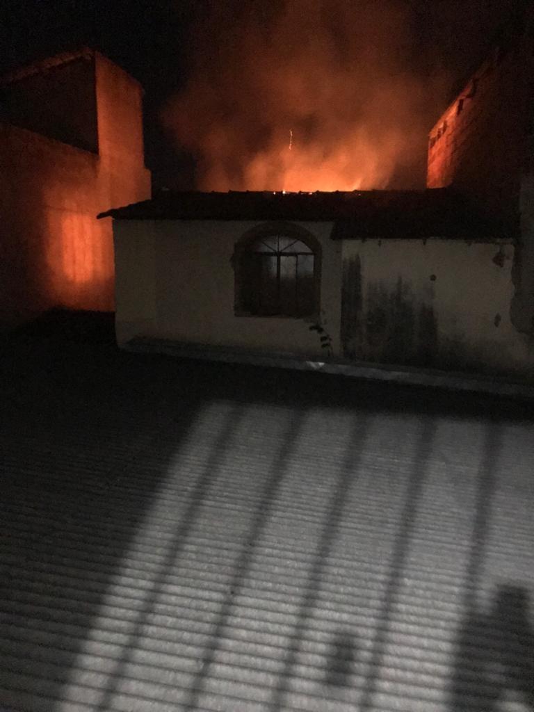 Incêndio destrói casa em Governador Valadares; suspeita é de vazamento de gás de cozinha