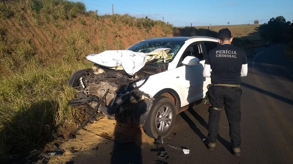 Veículo ficou bastante danificado após o choque com a moto; motorista teve ferimentos leves — Foto: Arquivo pessoal