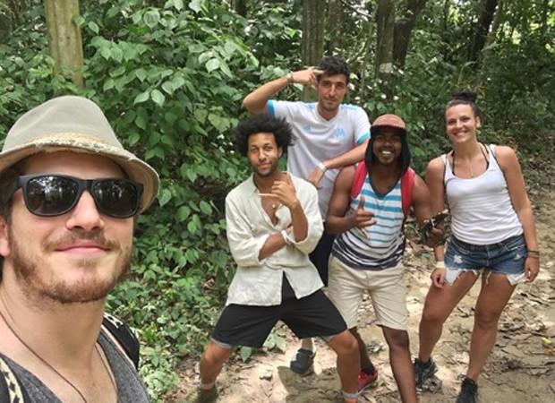 Caio Paduan faz trilha com amigos que conheceu em viagem (Foto: Reprodução/Instagram)