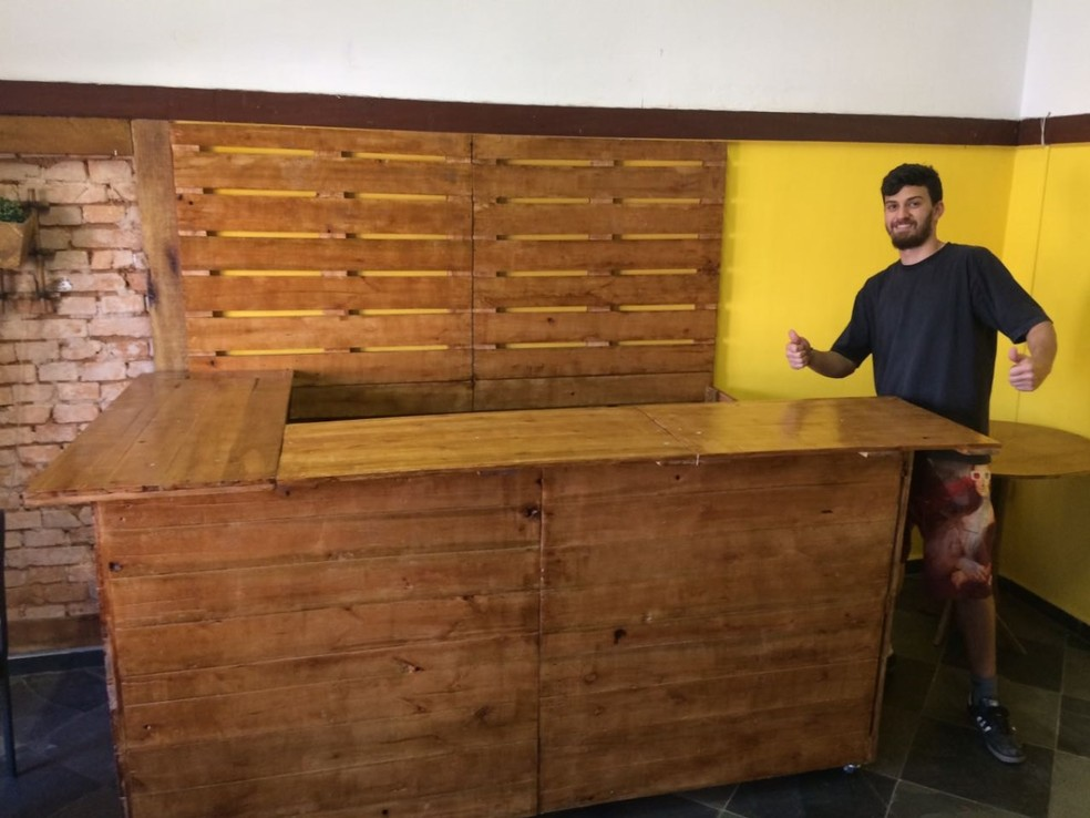 Estudante mostra bancada de bar feita a partir de pallets (Foto: Rafael Ranéia/Arquivo pessoal)