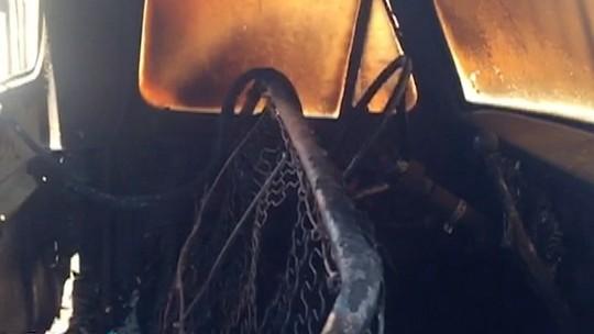 No intervalo de 1h30, quatro veículos estacionados em vias públicas são incendiados em Santo Anastácio