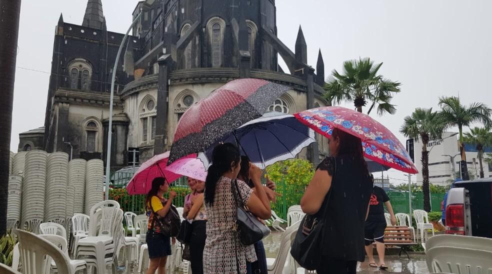 Chuva no Centro de Fortaleza em frente a Catedral.  — Foto: José Leomar/Sistema Verdes Mares