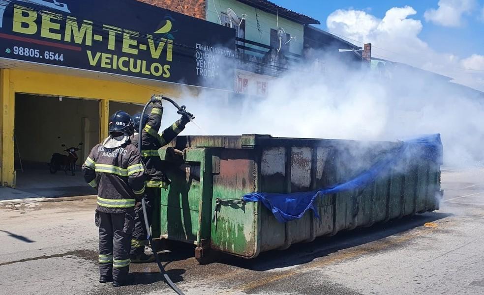 Caçamba de caminhão de lixo pega fogo na Rua Senador Rui Palmeira na Ponta Verde, em Maceió, Alagoas — Foto: CBMAL