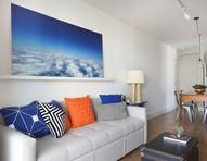 Cores do céu em fotografia pautam reforma de apartamento de 89 m²