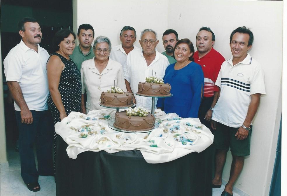 Imagem feita em 2004 com os matriarcas e oito irmãos Franciscos (Foto: Arquivo Pessoal)