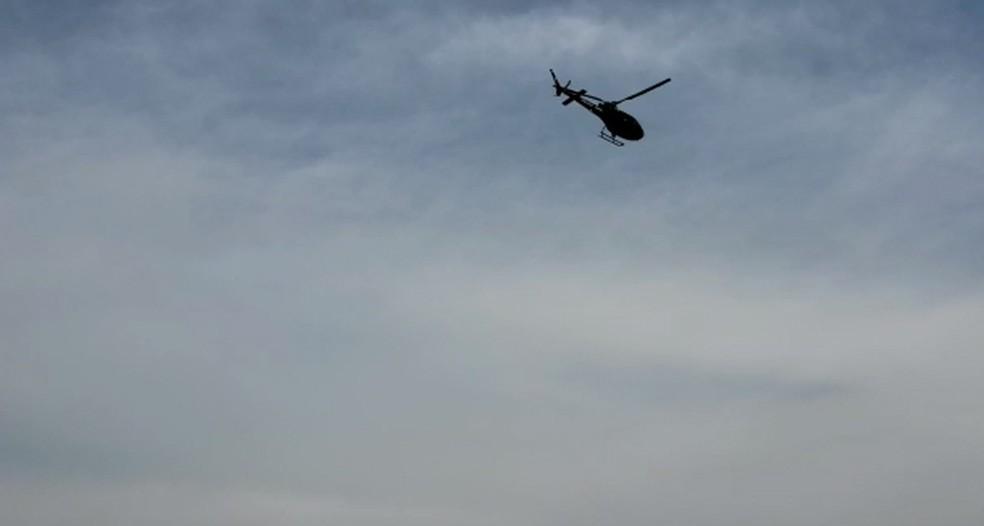Helicóptero da polícia sobrevoa área próxima ao Aeroporto de Cumbica — Foto: Walace Lara/TV Globo