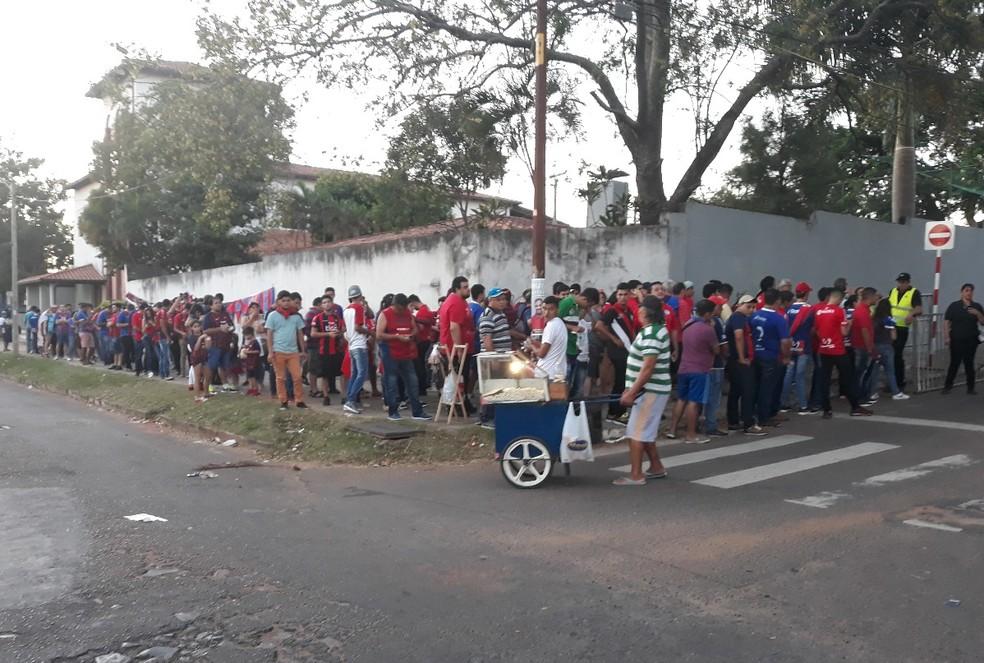 Fila de torcedores do Cerro para jogo com o Grêmio (Foto: Beto Azambuja)