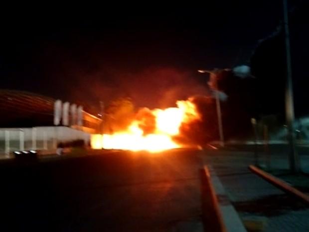 Suspeitos atearam fogo no coletivo que realiza a linha Serviluz-Papicu (Foto: Reprodução/ TV Verdes Mares)
