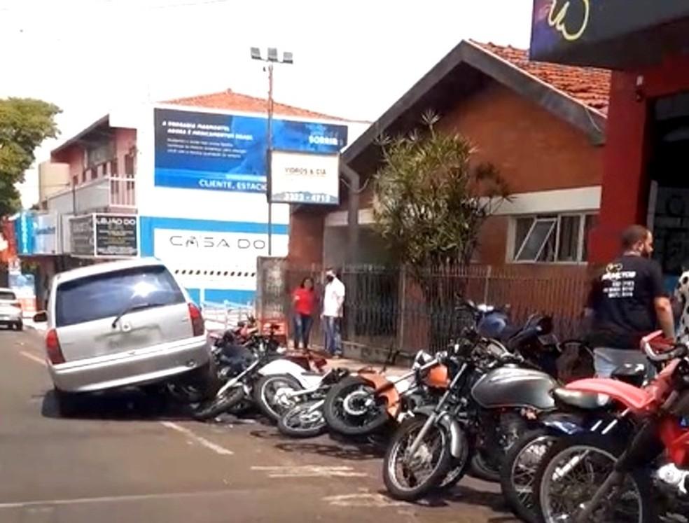 Carro bate em motos paradas em Assis — Foto: Divulgação/The Brothers