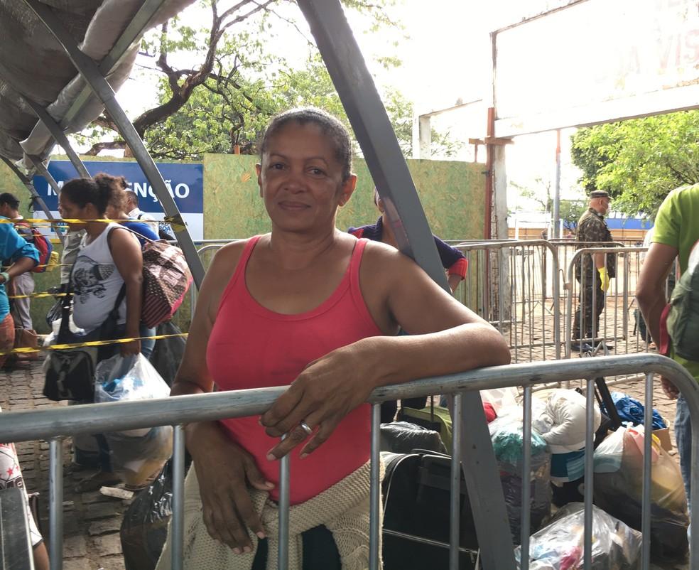 Carmen Freites, 51, vivia na praça desde fevereiro; 'estou feliz em ir para o abrigo' (Foto: Emily Costa/G1 RR)