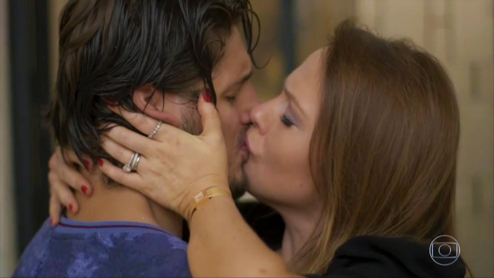 Rafael (Daniel Rocha) se declara e beija Lili (Vivianne Pasmanter) — Foto: TV Globo