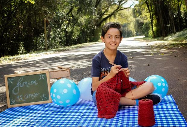 No Sesc Consolação, o jovem youtuber Junior Crocheteiro ensina crianças a utilizar agulha e linha para criar formas e objetos em ateliê de crochê. Seu canal tem mais de 360 mil visualizações e no Instagram ele soma mais de 25 mil seguidores. (Foto: Bruno Gonzaga)