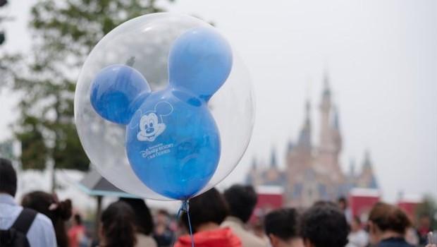 Numa série de 22 tuítes, Abigail Disney diz que executivos da Disney poderiam ter suas remunerações reduzidas à metade e, assim, 'talvez não comprariam uma terceira casa ou um outro barco' (Foto: Getty Images via BBC News Brasil)