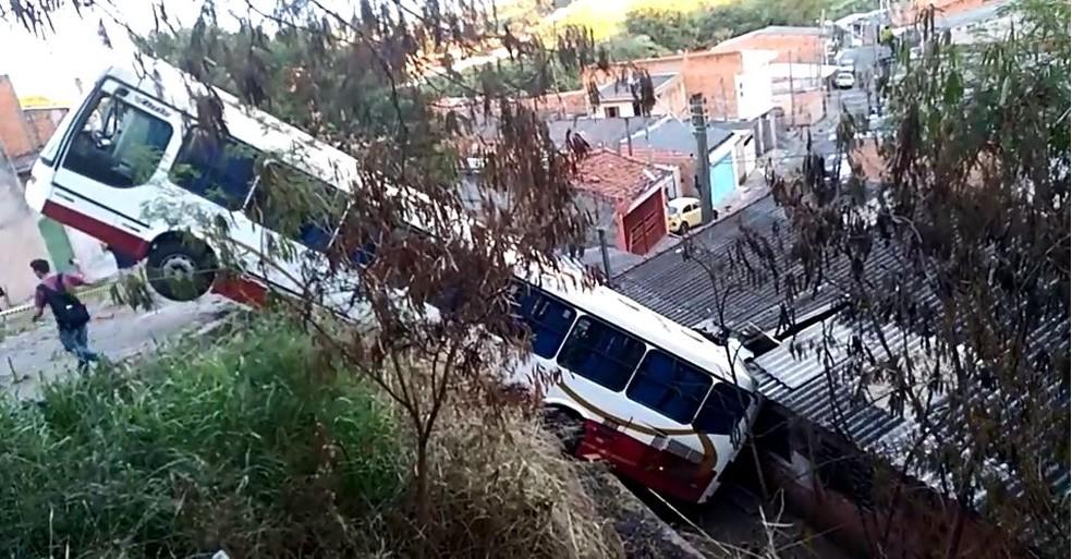 Adolescente cai com ônibus em cima de casa em São Carlos (Foto: Évelin Nogueira/EPTV)