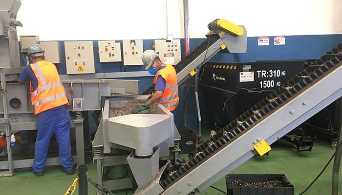 Máquina separa alumínio do pó de café (Foto: Carina Brito)