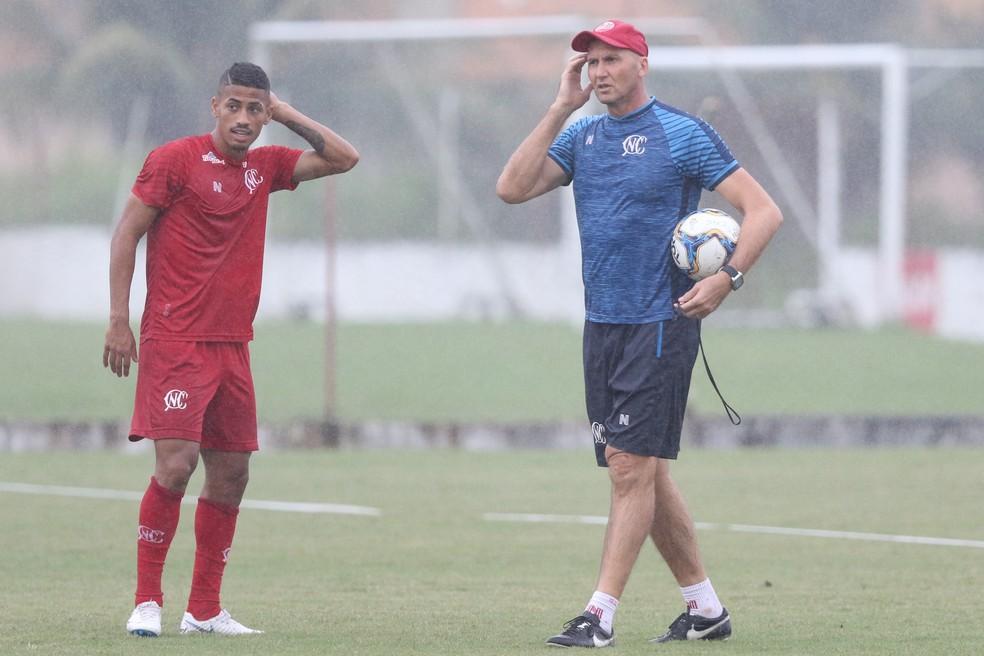 Hereda e Gilmar Dal Pozzo em treino do Náutico — Foto: Marlon Costa / Pernambuco Press