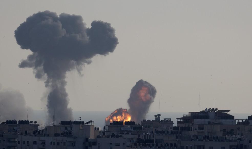 Ataque aéreo israelense atinge a Cidade de Gaza em 4 de maio de 2019. — Foto: AP/Hatem Moussa