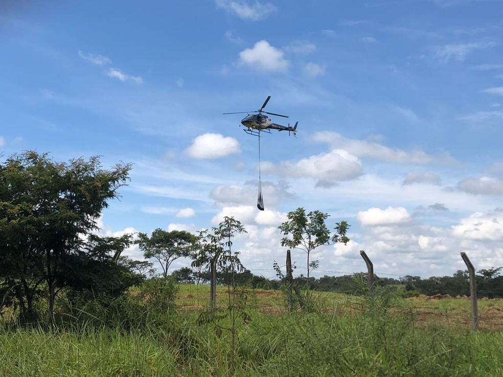 Outro helicóptero chega ao Córrego do Feijão com mais corpos — Foto: Carlos Amaral/G1