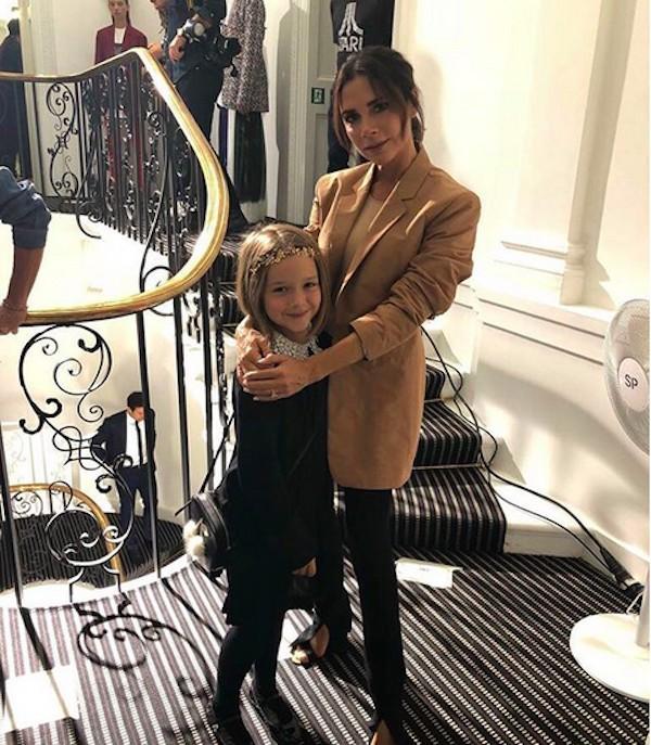 A cantora e estilista Victoria Beckham com a filha (Foto: Instagram)