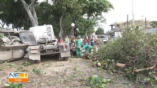 Manifestantes bloqueiam BR-101 em ponto de obra parada onde dois acidentes aconteceram no Recife