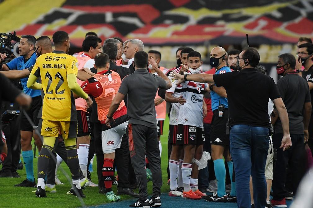 Bancos de Flamengo e São Paulo se envolvem em confusão no Maracanã durante o jogo