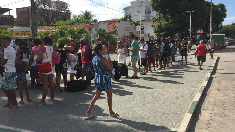 Fila grande no Terminal de Bom Despacho, em Itaparica — Foto: Dalton Soares/TV Bahia