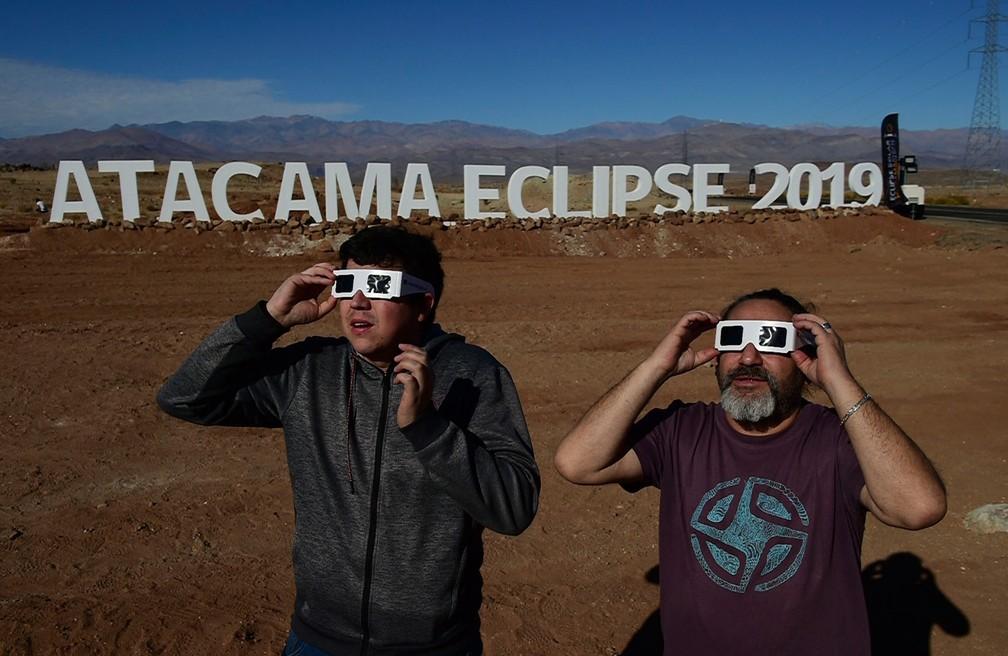 Turistas se preparam para o eclipse no Chile no deserto — Foto: Martin Bernetti/AFP