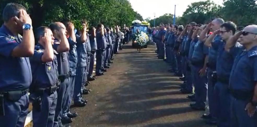 Policial morto após tiroteio em assalto a ônibus é enterrado em Pirassununga (Foto: Repórter Naressi)