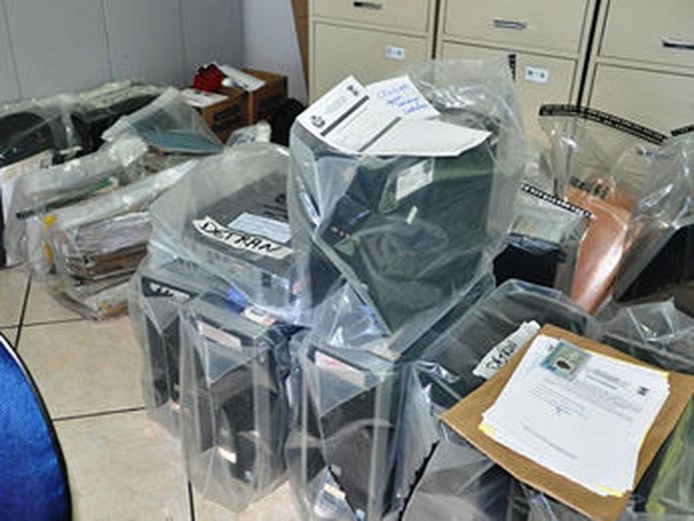 Vários documentos foram apreendidos durante a operação (Foto: Assessoria/Polícia Civil)