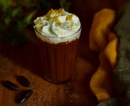 Chocolate quente com leite de pistache e raspas de laranja
