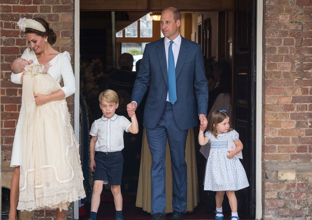 LONDON, ENGLAND - JULY 09: Catherine Duchess of Cambridge and Prince William, Duke of Cambridge with their children Prince George, Princess Charlotte and Prince Louis after Prince Louis' christening at St James's Palace on July 09, 2018 in London, England (Foto: Getty Images)