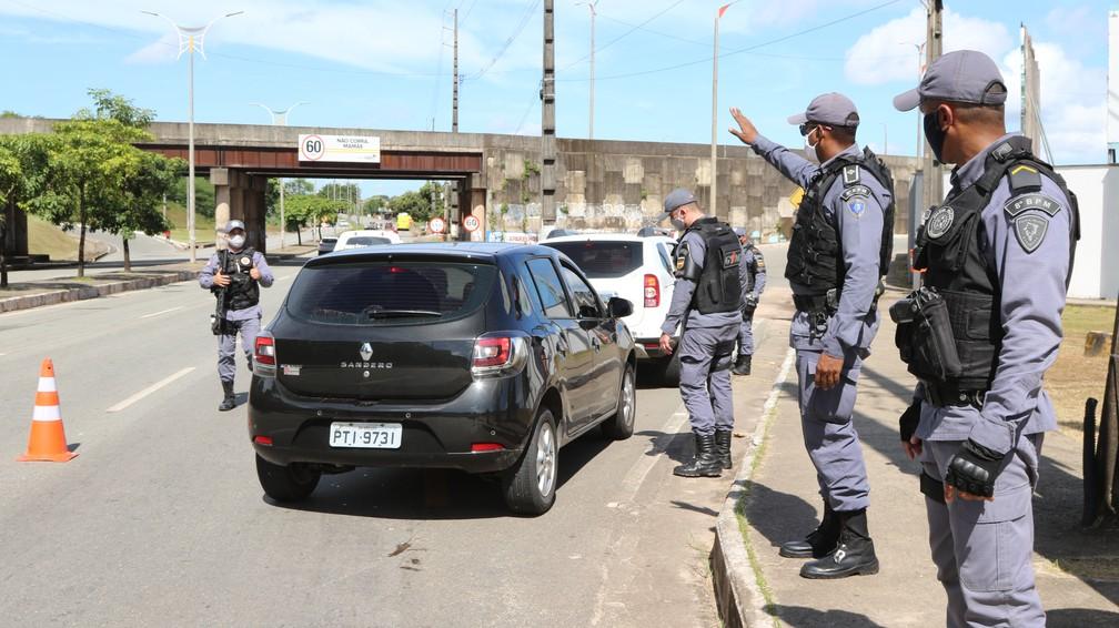 SÃO LUÍS (MA) - Policiais militares fiscalizam veículos no primeiro dia do 'lockdown'. — Foto: Rafaelle Fróes/G1 MA