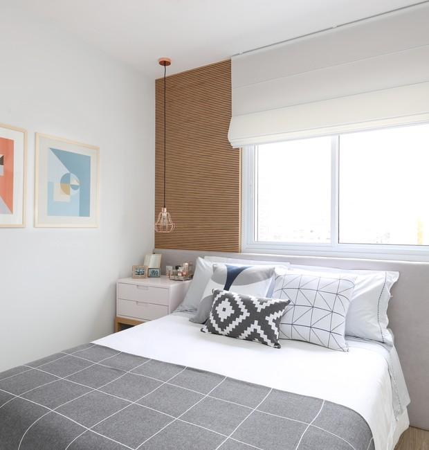 Apartamento de 75m² tem decoração neutra com pontos de cor ousados (Foto: Mariana Orsi/Divulgação)