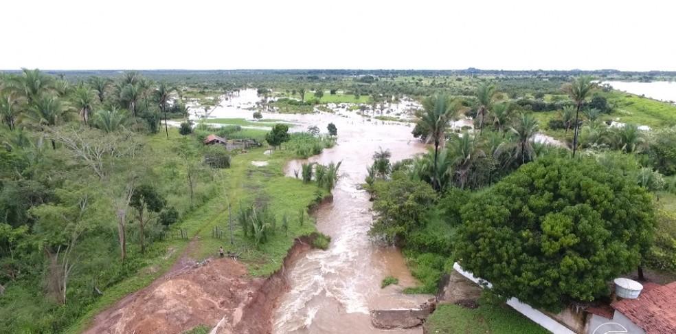 Abertura de canal na Barragem do Bezerro ameaAi??a cidades no PiauAi?? (Foto: Magno Bonfim/TV Clube)