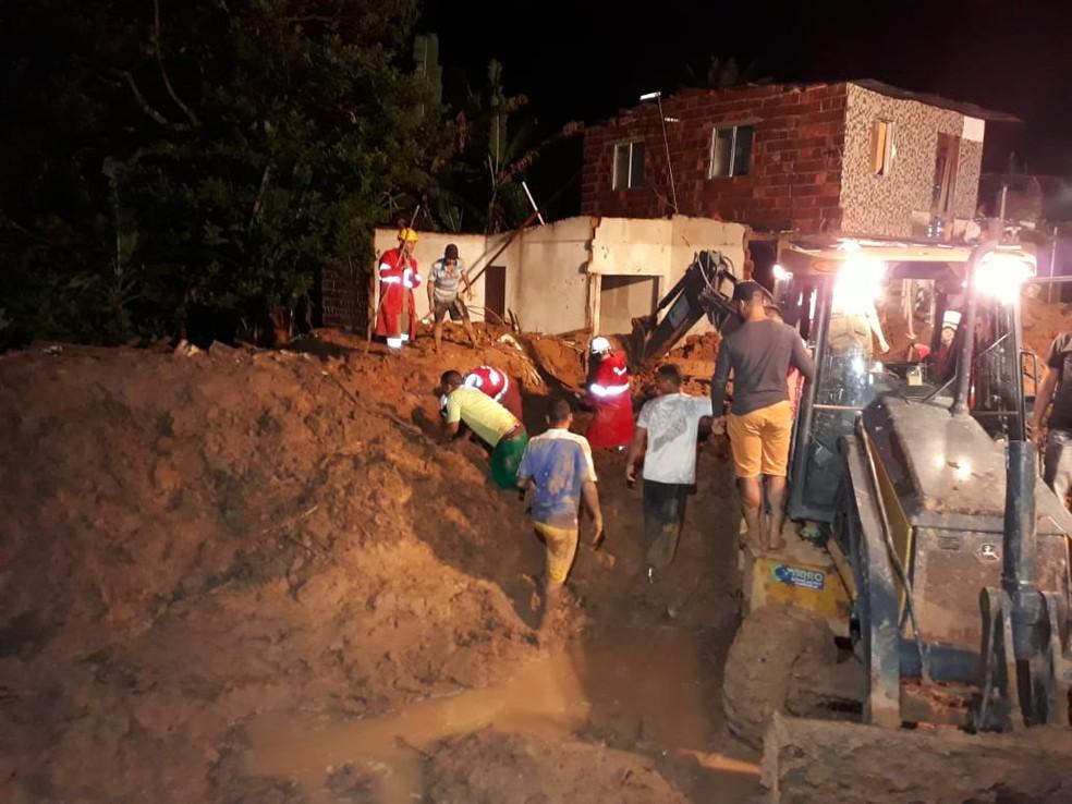 Bombeiros e moradores de Abreu e Lima localizaram o corpo de Maria Eduarda, grávida de 8  meses, às 23h31 desta quarta-feira (24) — Foto: Daniele Fonseca/TV Globo