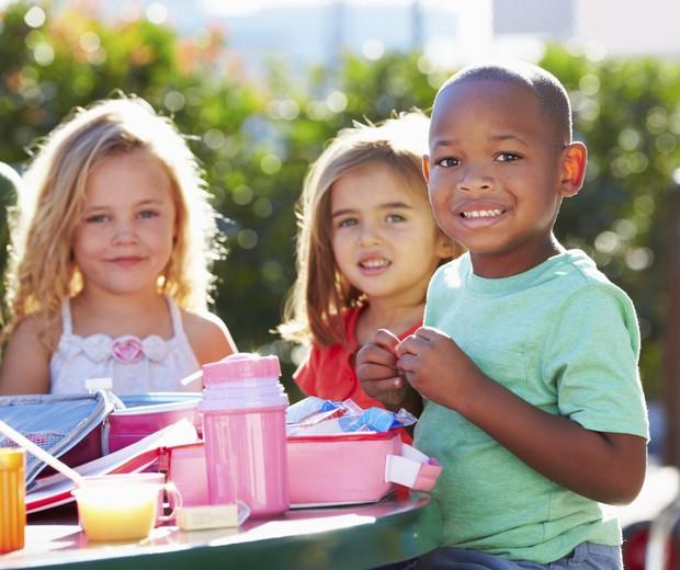 Crianças com lancheiras (Foto: Thinkstock)