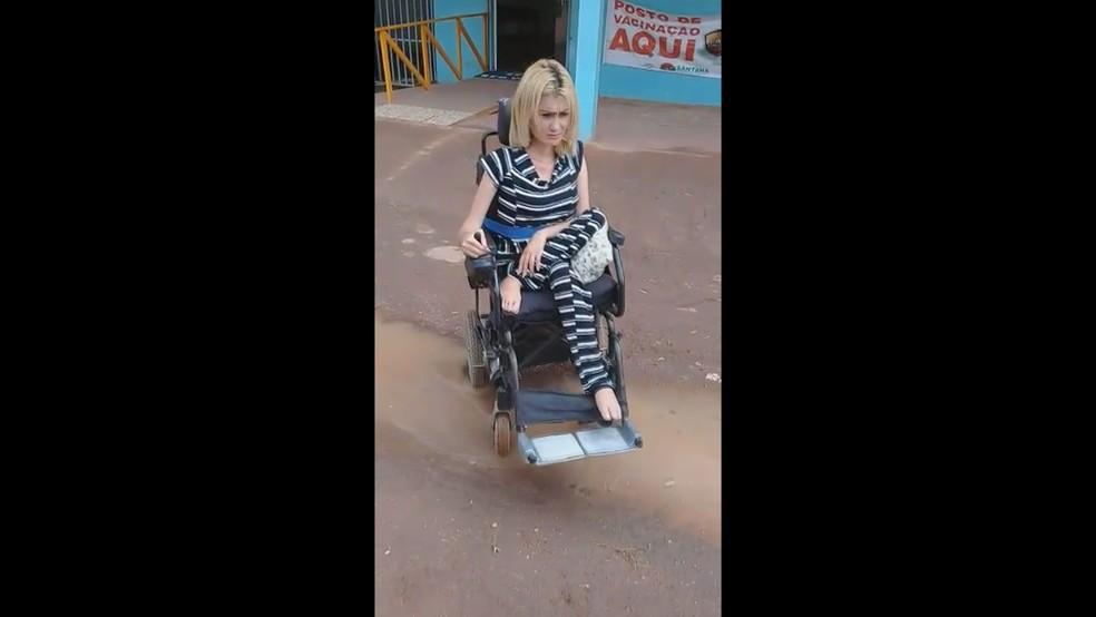 Cadeirante transita em rua com buraco e lama no Amapá (Foto: Reprodução)