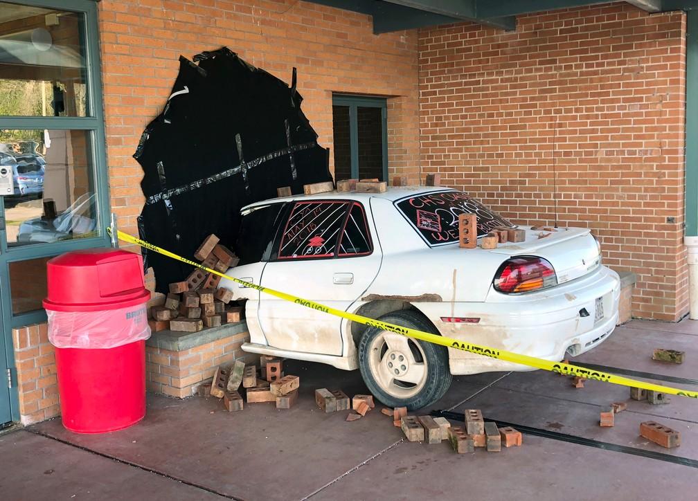 Polícia parabeniza alunos por 'acidente fake' em trote escolar nos EUA (Foto: Ritchie Narges via AP)