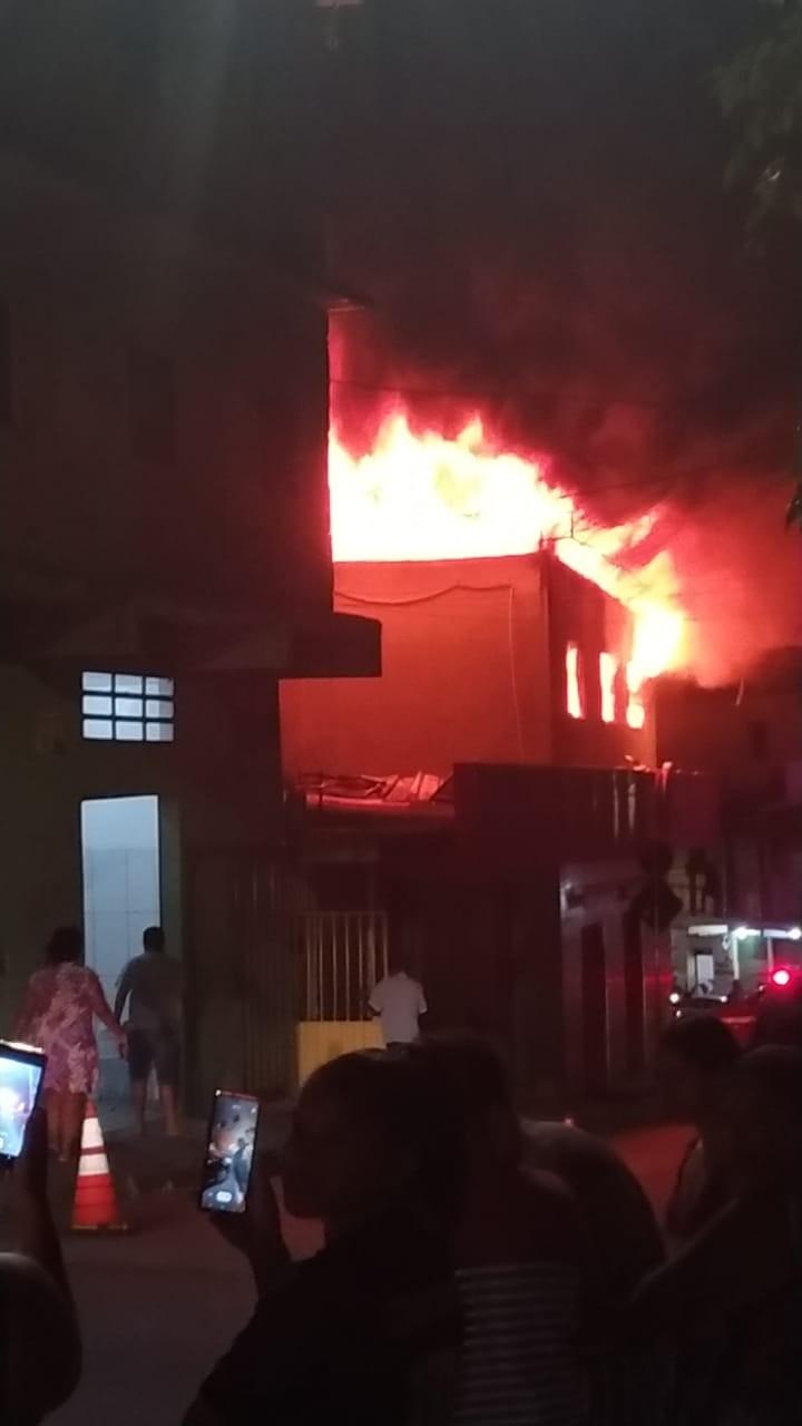 Incêndio atinge supermercado no bairro Novo Aarão Reis, na Região Norte de Belo Horizonte