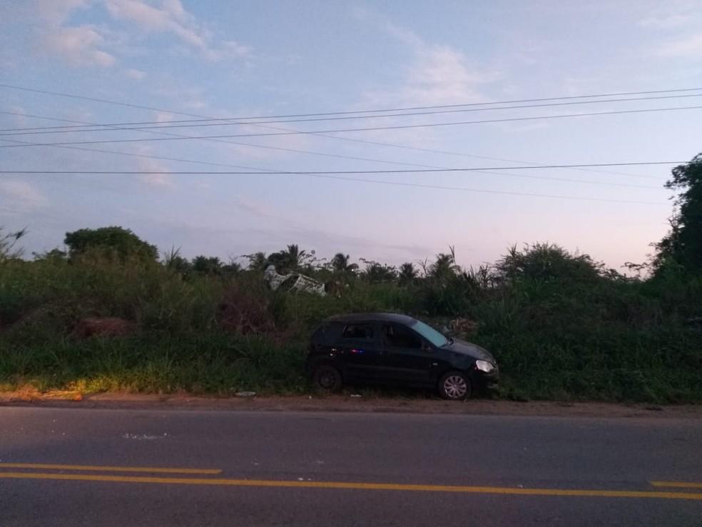 Criminosos bateram carro roubado e conseguiram fugir do local — Foto: Divulgação/Redes Sociais