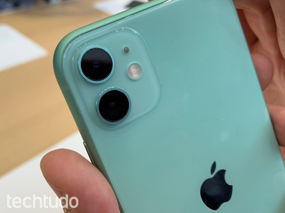 Câmera dupla do iPhone 11 traz lentes wide e ultra wide — Foto: Thássius Veloso/TechTudo