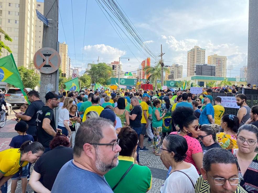 Na porta da Polícia Federal, em Goiânia (GO), manifestantes se reúnem para protestar contra soltura de Lula — Foto: Honório Jacometto/TV Anhanguera