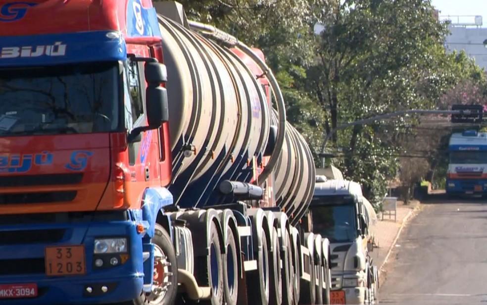 Caminhões parados durante protesto em Ijuí no domingo (Foto: Reprodução/RBS TV)