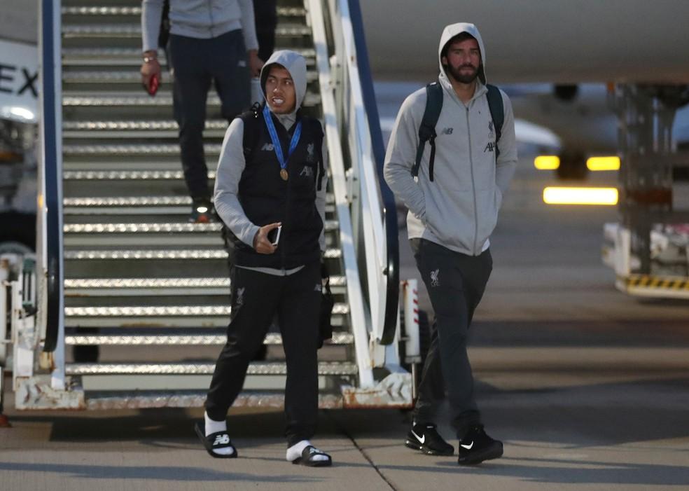 Firmino e Alisson no desembarque do Liverpool — Foto: Reuters/Carl Recine