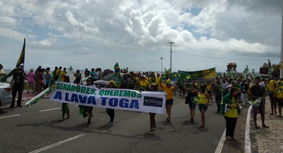SÃO LUÍS: 10h46. Manifestantes fazem ato neste domingo (26) em apoio ao governo Bolsonaro na Avenida Litorânea — Foto: Douglas Pinto/TV Mirante