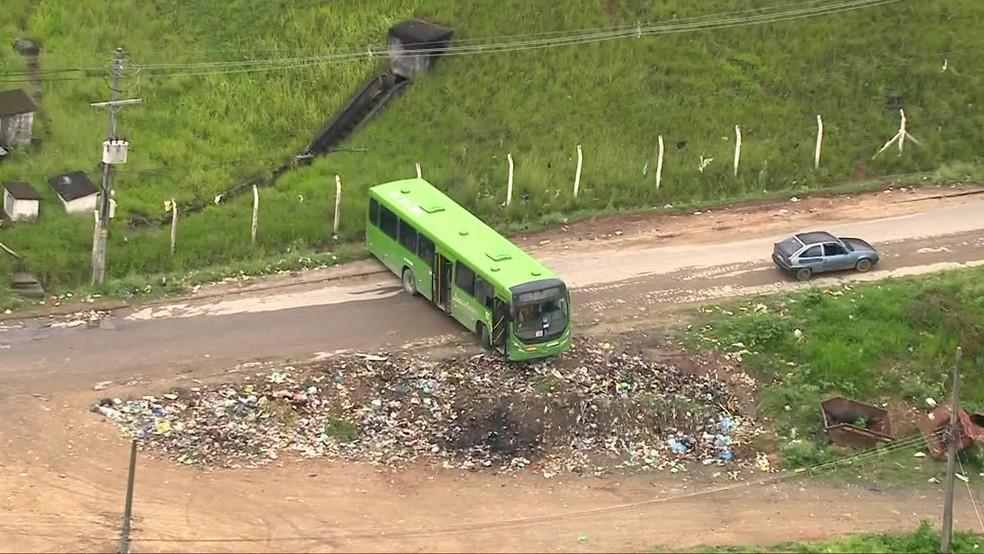 Criminosos roubam ônibus para fazer barricada em Belford Roxo — Foto: Reprodução/TV Globo